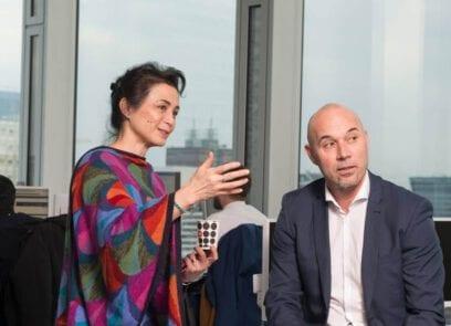 Vrouw en man zijn in gesprek binnen kantooromgeving