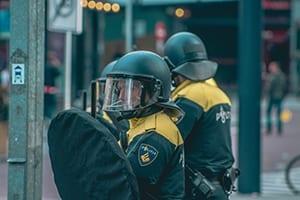 Drie politieagenten in uniform