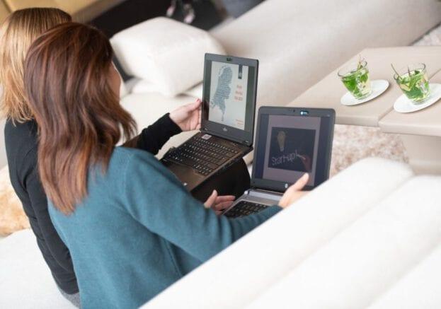 Rijksmedewerkers met beide laptop op de knieen
