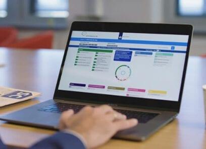 Laptop toont screenshot van functiegebouw Rijk