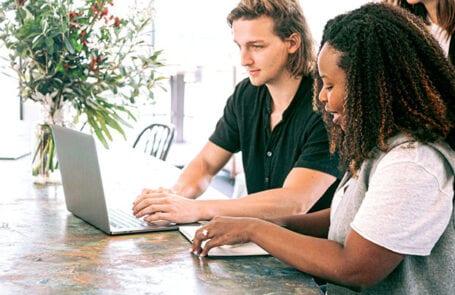 Rijksmedewerkers aan tafel met een laptop