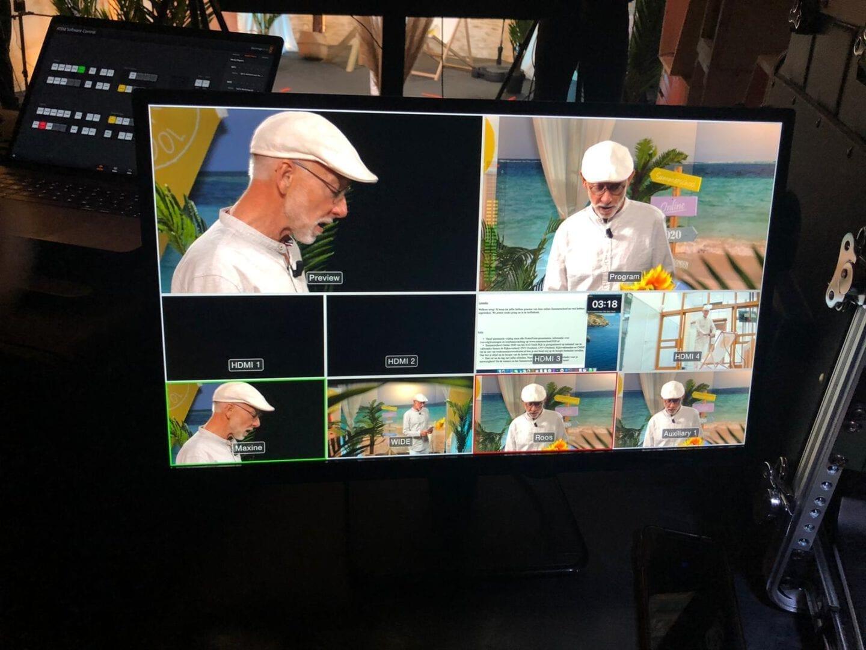 beeldscherm toont verschillende camerahoeken tijdens filmen spreker van summerschool.