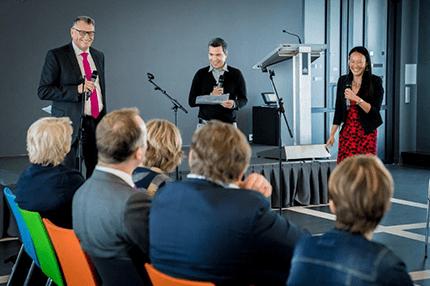Rien en Yenal geven een presentatie voor groep mensen tijdens slotbijeenkomst Cross Mentoring