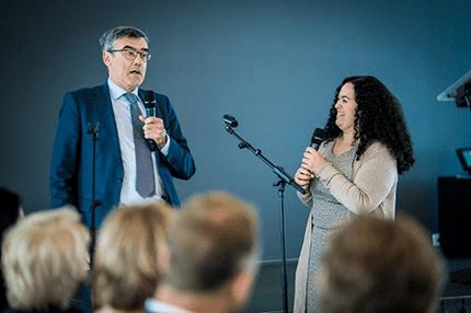 Wilbert en Naima presenteren tijdens slotbijeenkomst Cross Mentoring