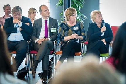 De topfunctionarissen van de vier ministeries zitten naast elkaar tijdens slotbijeenkomst Cross Mentoring