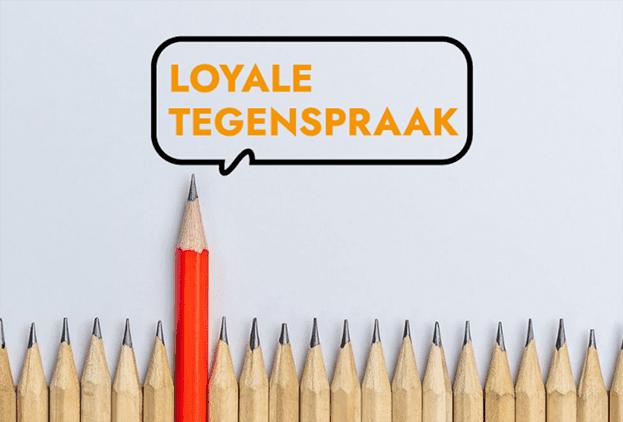 Logo Loyale tegenspraak met daaronder rij potloden, met één rood potloden die er bovenuit steekt.