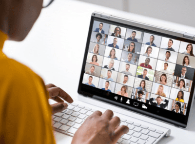 werken achter laptop met videocall
